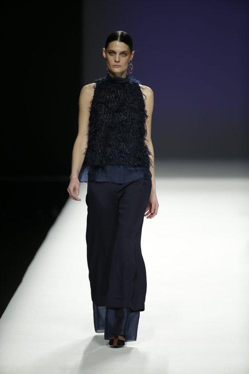 Vestido con plumas de Ángel Schlesser otoño/invierno 2018/2019 en la Madrid Fashion Week