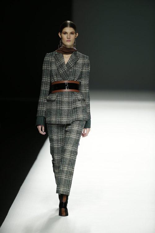 Traje de chaqueta a cuadros de Ángel Schlesser otoño/invierno 2018/2019 en la Madrid Fashion Week