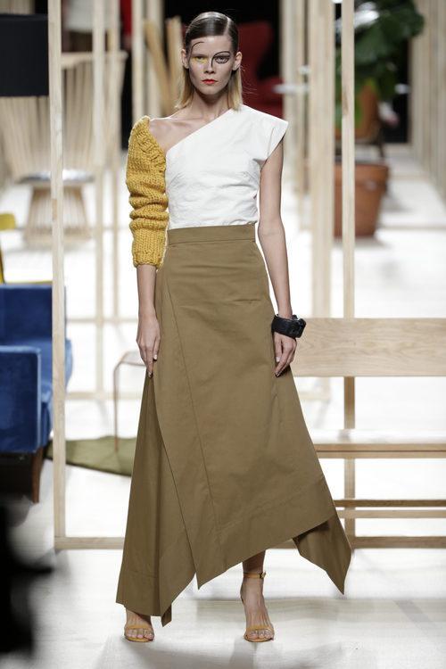 Falda larga camel de Juanjo Oliva otoño/invierno 2018/2019 en la Madrid Fashion Week