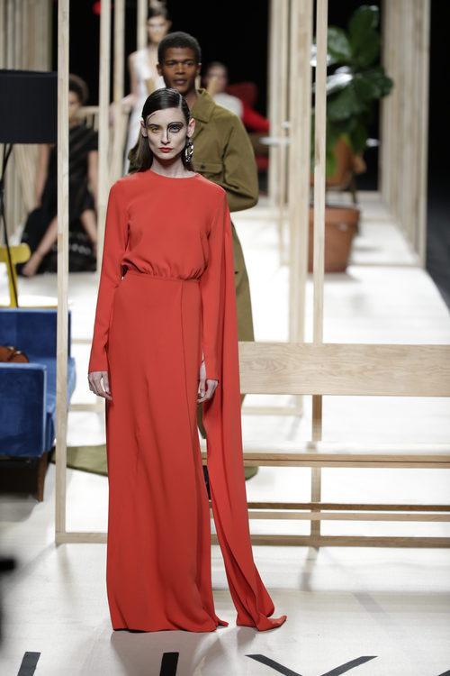 Vestido rojo de Juanjo Oliva otoño/invierno 2018/2019 en la Madrid Fashion Week
