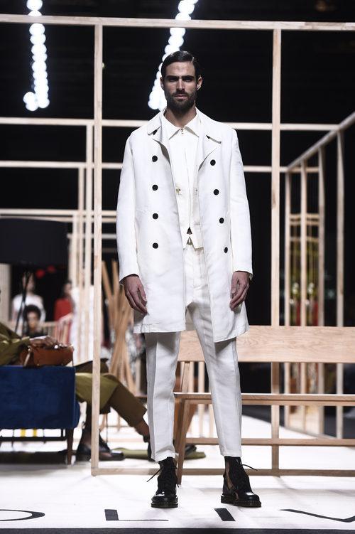 Traje masculino blanco de Juanjo Oliva otoño/invierno 2018/2019 en la Madrid Fashion Week