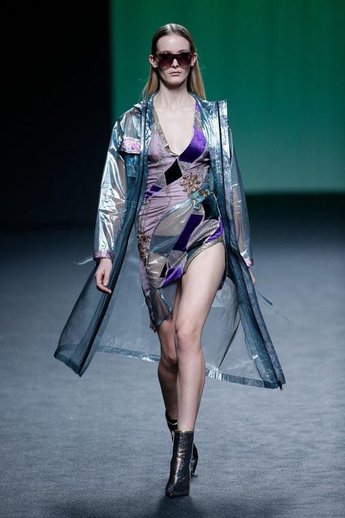 Vestido y abrigo transparente de Custo Barcelona colección otoño/invierno 2018/2019 para Madrid Fashion Week