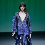 Blusa y falda azul de Custo Barcelona colección otoño/invierno 2018/2019 para Madrid Fashion Week