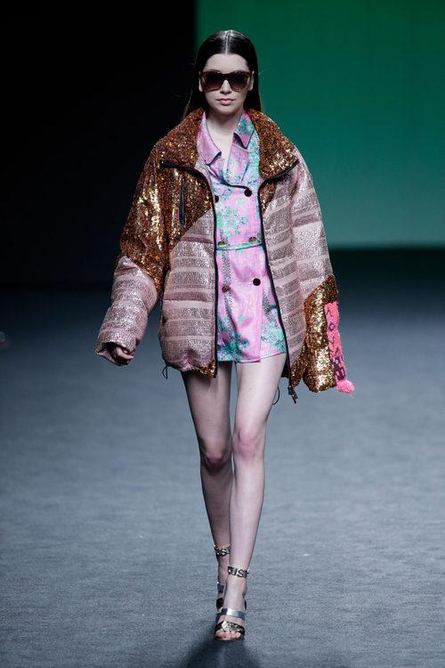 Cazadora rosa y dorada de lentejuelas de Custo Barcelona colección otoño/invierno 2018/2019 para Madrid Fashion Week