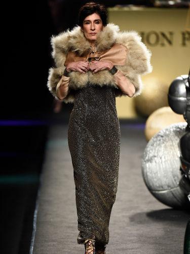 Vestido dorado de Ion Fiz colección otoño/invierno 2018/2019 en Madrid Fashion Week