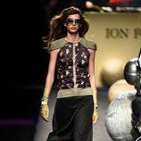 Vestido negro y dorado de Ion Fiz colección otoño/invierno 2018/2019 en Madrid Fashion Week