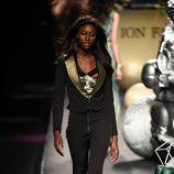 Traje negro con solapas doradas de Ion Fiz colección otoño/invierno 2018/2019 en Madrid Fashion Week