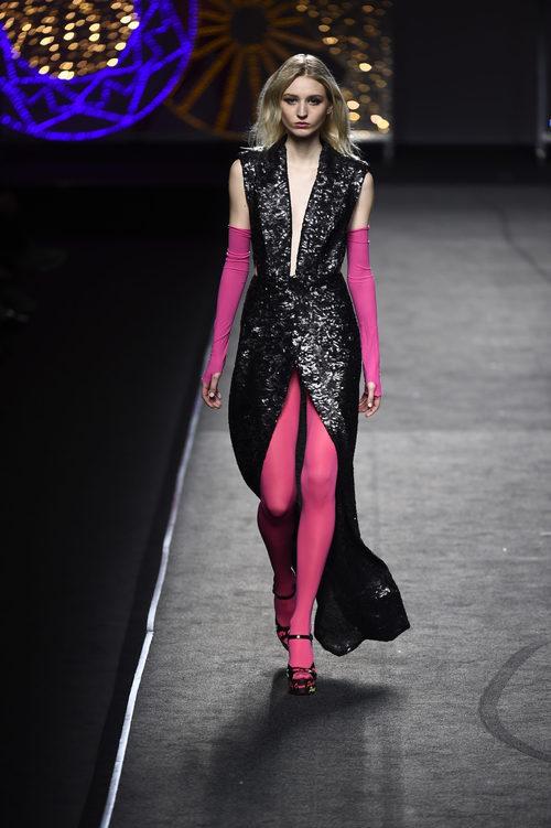 Vestido negro de lentejuelas e Juana Martín colección otoño/invierno 2018/2019 en Madrid Fashion Week