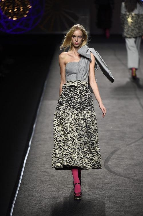 Vestido gris y dorado asimétrico de Juana Martín colección otoño/invierno 2018/2019 en Madrid Fashion Week