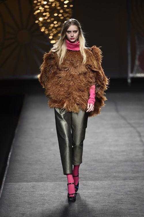 Chaquetón de pelo marrón de Juana Martín colección otoño/invierno 2018/2019 en Madrid Fashion Week