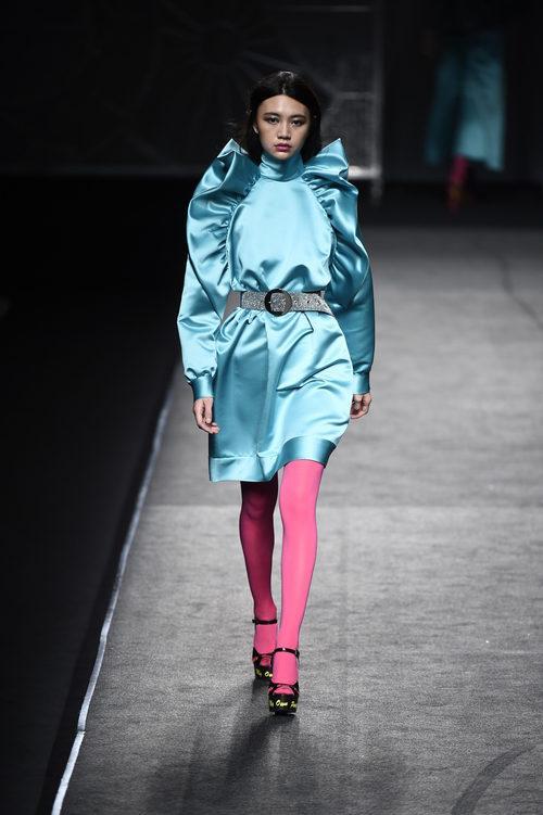 Vestido azul y medias flúor de Juana Martín colección otoño/invierno 2018/2019 en Madrid Fashion Week