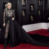Lady Gaga con un mono de encaje y una cola negra