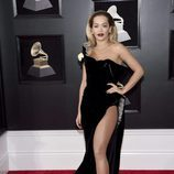 Rita Ora con un traje negro con brillantes incrustados