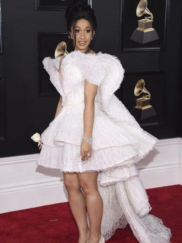 Cardi B con un vestido blanco con detalles geométricos