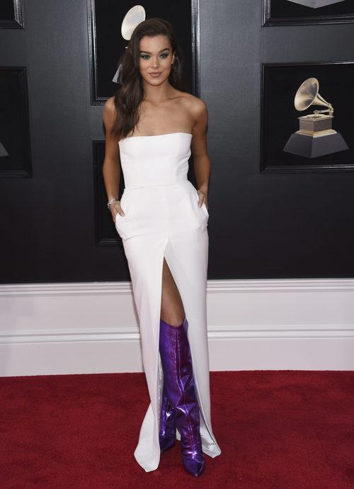 Hailee Steinfeld con unas botas violetas brillantes