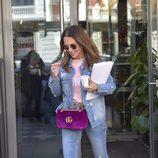 Paula Echevarría con una chaqueta vaquera y un bolso de terciopelo rosa