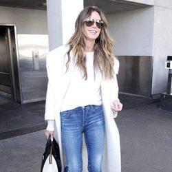 Heidi Klum con una gabardina blanca