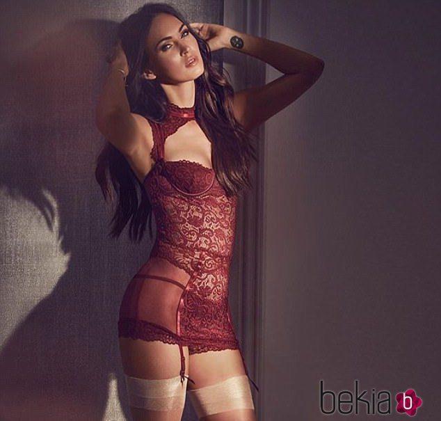 Megan Fox publica una foto en las redes sociales con un corpiño rojo de su propia línea de lencería