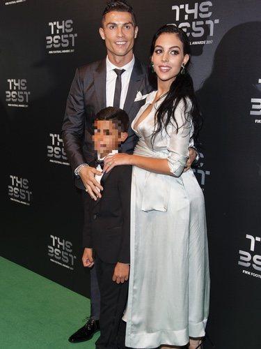 Georgina Rodríguez vestida de Ángel Schlesser junto a Cristiano Ronaldo y su hijo en la gala The Best FIFA 2017