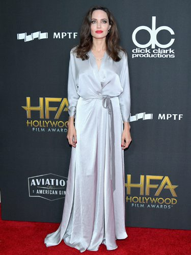 Angelina Jolie con un vestido gris perla en los Hollywood Film Awards 2017