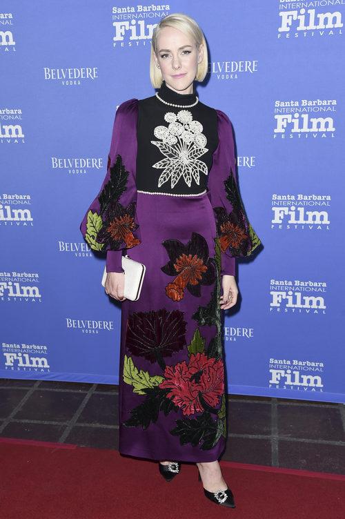 Jena Malone con un traje oscuro de estampados