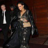 Rihanna con un mono negro con brillantes