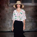 Conjunto de falda negra con camisa de flores de Lebor Gabala de la temporada primavera/verano 2018