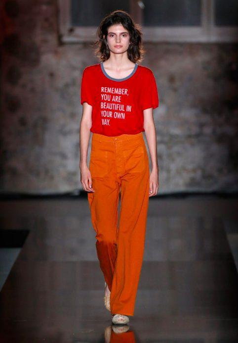 Estilismo con camiseta roja y pantalón naranja de Lebor Gabala de la temporada primavera/verano 2018