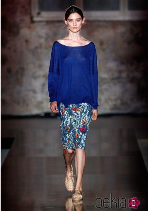 Falda ajustada de flores y blusa azul de Lebor Gabala de la temporada primavera/verano 2018