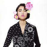 Blusa de mujer negra y blanca de la línea Bohemian Flowers de la colección 'Unexpected' de Desigual temporada primavera/verano 2018