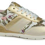 Sneaker en color camel con flores de la firma Lois temporada primavera/verano 2018