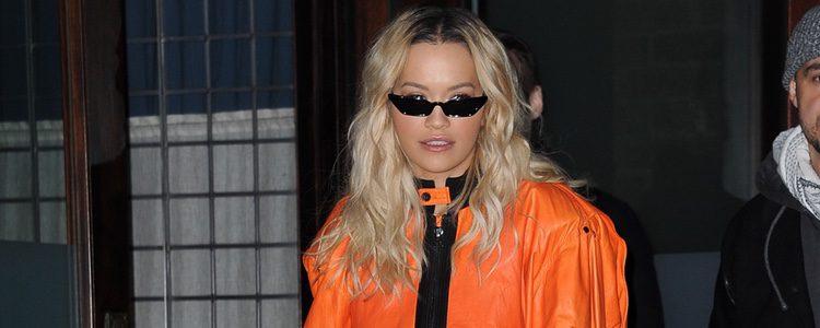 Rita Ora con un chándal naranja