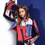 Gigi Hadid posa con una chaqueta de cuero de colores block para la colección de TommyXGigi Primavera 2018