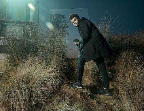 The Weeknd posando con las nuevas zapatillas Ignite Limitless de Puma