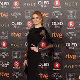 Cristina Castaño con un vestido negro ajustado en la alfombra roja de los Premios Goya 2018