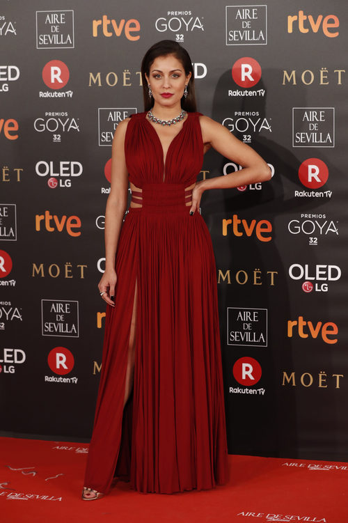 Hiba Abouk con un vestido de corte griego en la alfombra roja de los Premios Goya 2018