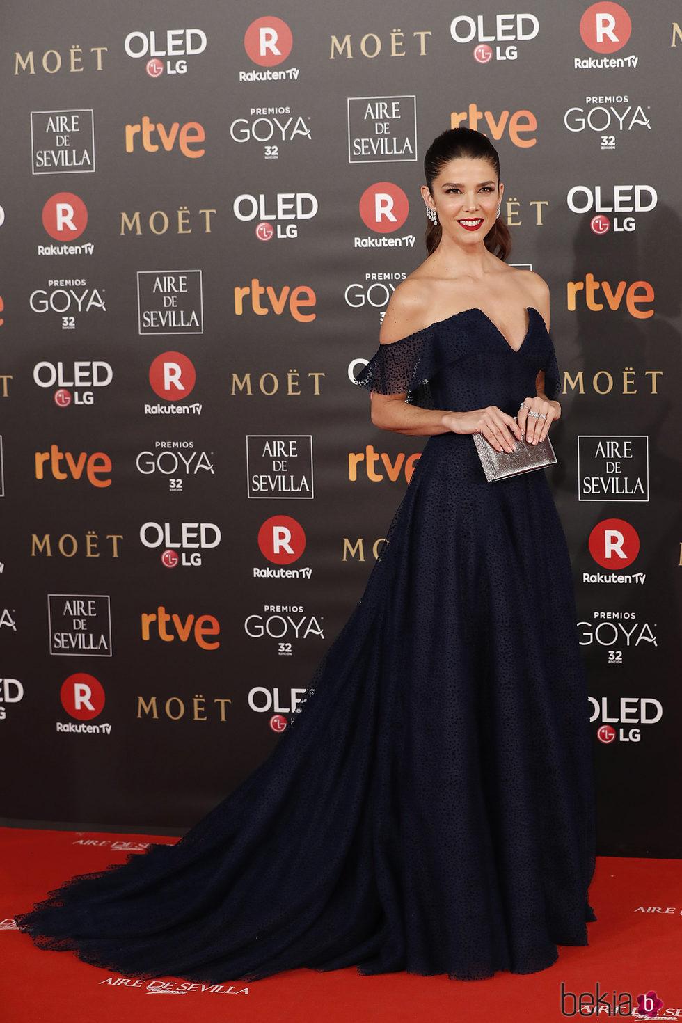 Juana Acosta con un look azul noche en la alfombra roja de los Premios Goya 2018