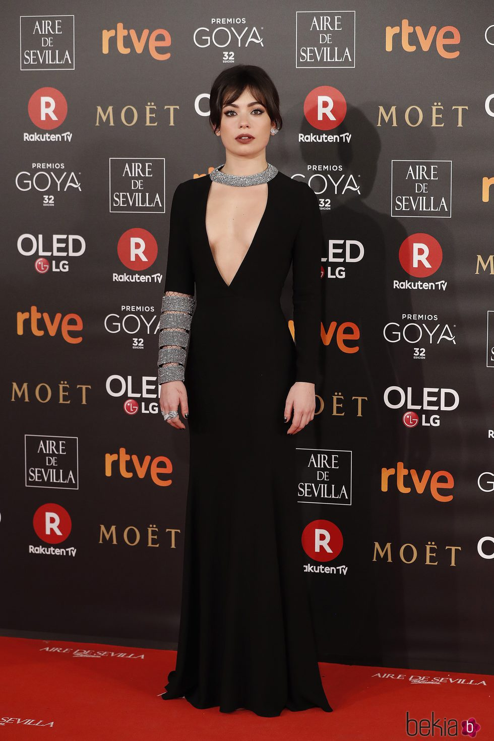 Anna Castillo con un vestido negro y brillante en la alfombra roja de los Premios Goya 2018