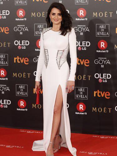 Penélope Cruz con un total white en la alfombra roja de los Premios Goya 2018