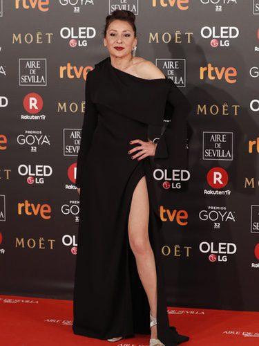 Mariola Fuentes con un vestido negro en la alfombra roja de los Premios Goya 2018