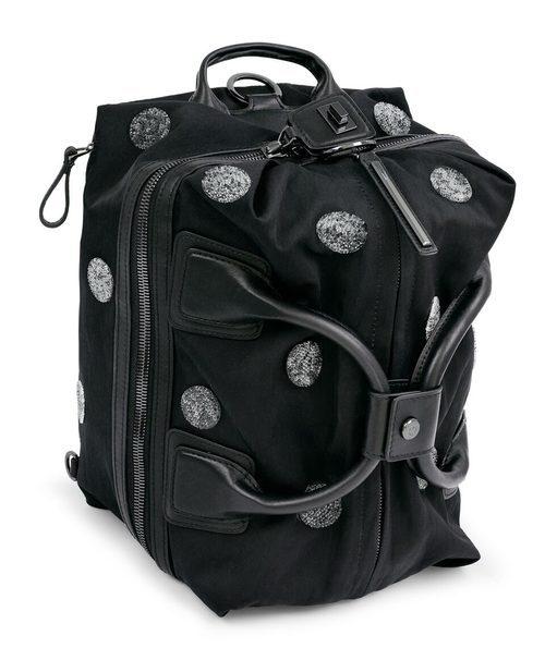 Bolsa negra con brillantes estampados de la colección Athleisure primavera/verano 2018 de Swarovski
