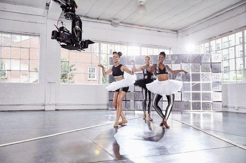 Leggings plateados y negros con brillos de la colección Athleisure primavera/verano 2018 de Swarovski