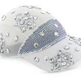 Gorra blanca con brillantes incrustados de la colección Athleisure primavera/verano 2018 de Swarovski