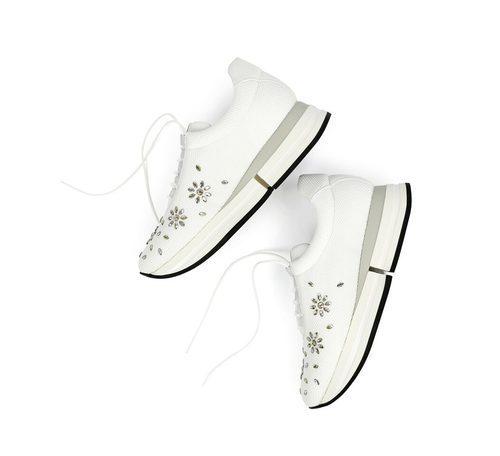 Zapatillas de deporte blancas con brillantes de la colección Athleisure primavera/verano 2018 de Swarovski