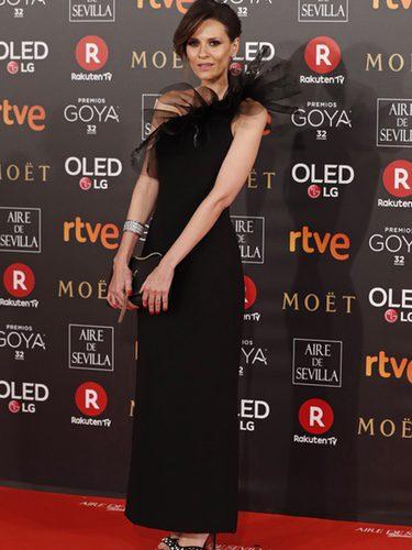 Elena Ballesteros con un vestido negro en la alfombra roja de los Premios Goya 2018