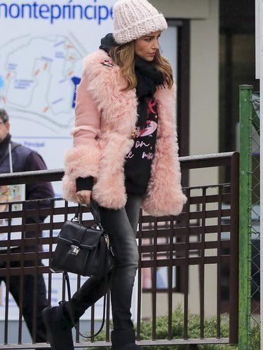 Paula Echevarría viste un look negro con un abrigo rosa este invierno 2018