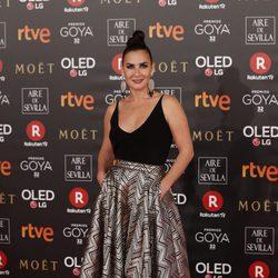 Belén López lleva una falda con estampado plateado con un body negro de tirantes en los Goya 2018