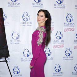 Lena Hall en la premier de Becks en Nueva York con un vestido midi fuschia 2018