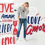 Sudadera gris con letras y un corazón estampados de la colección TommyXLove para San Valentín de Tommy Hilfiger