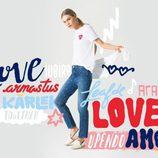 Camiseta blanca y jeans marinos con corazones de la colección TommyXLove para San Valentín de Tommy Hilfiger